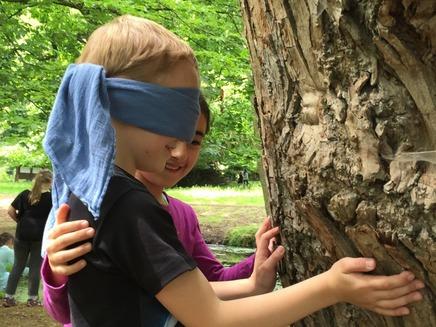Natur-Rallye, Bäume ertasten und Stockbrot mit selbstgemachtem Dip